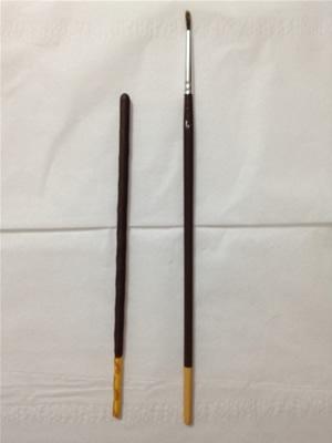 左がポッキー、右が筆。